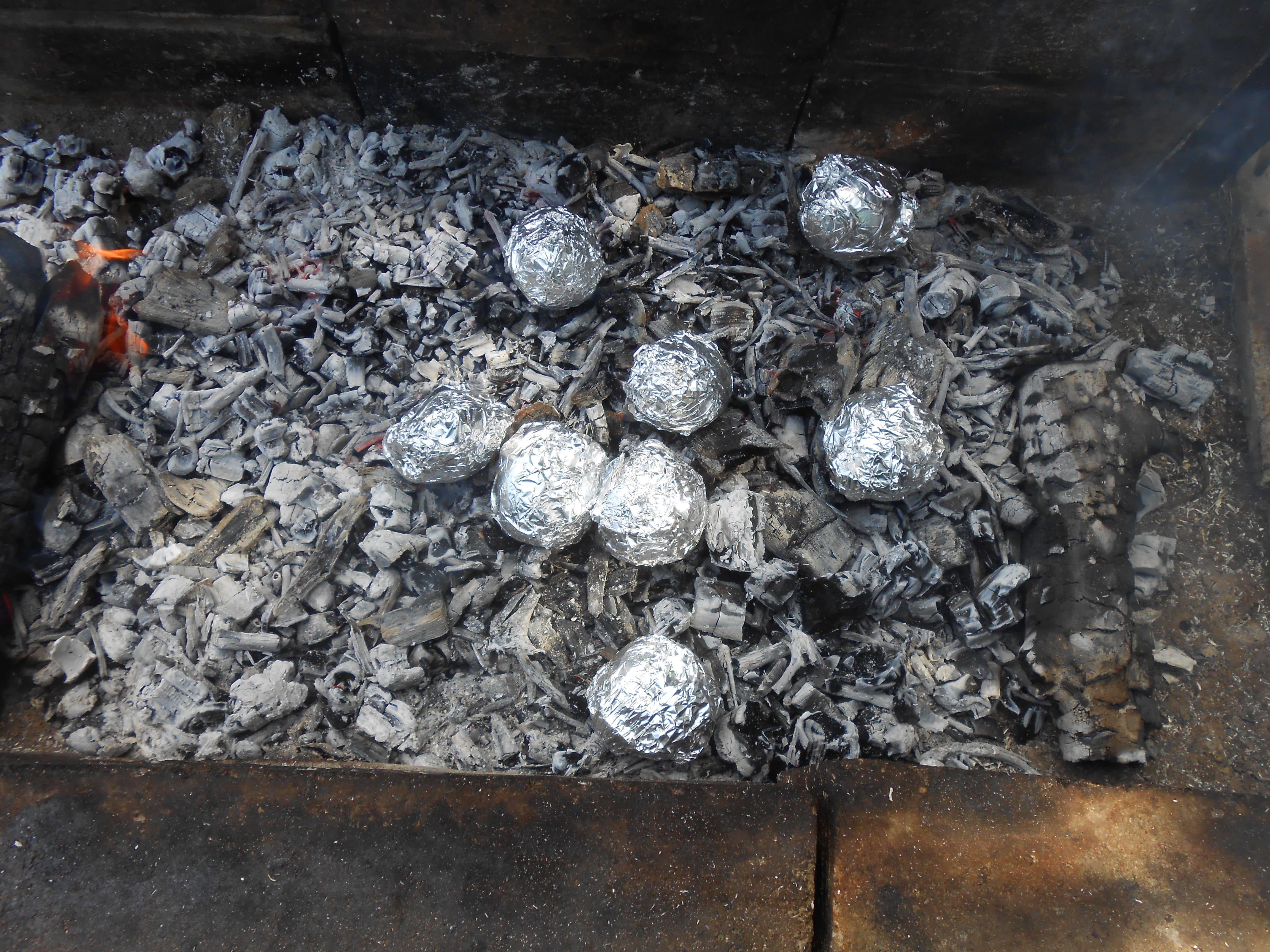 Картофель на углях в фольге