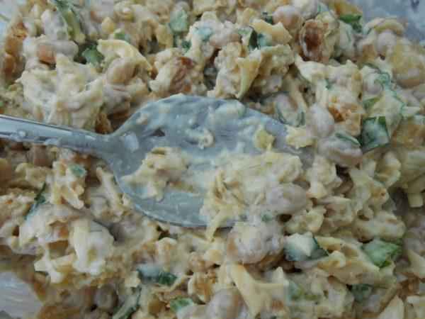 Салат с сыром, фасолью и сухариками