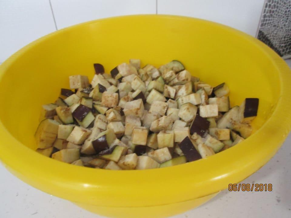 Нарезанные баклажаны посыпанные солью