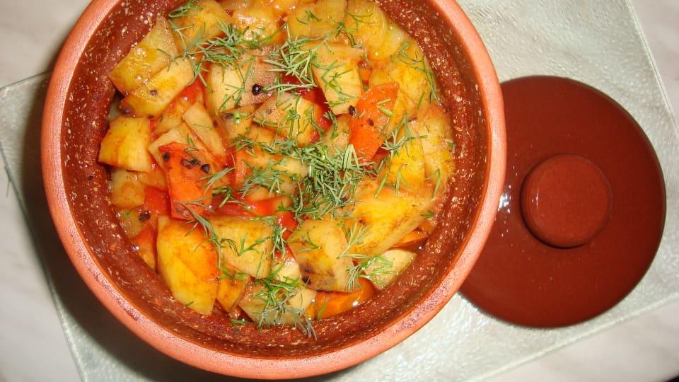Курица с грибами и картофелем в горшочке