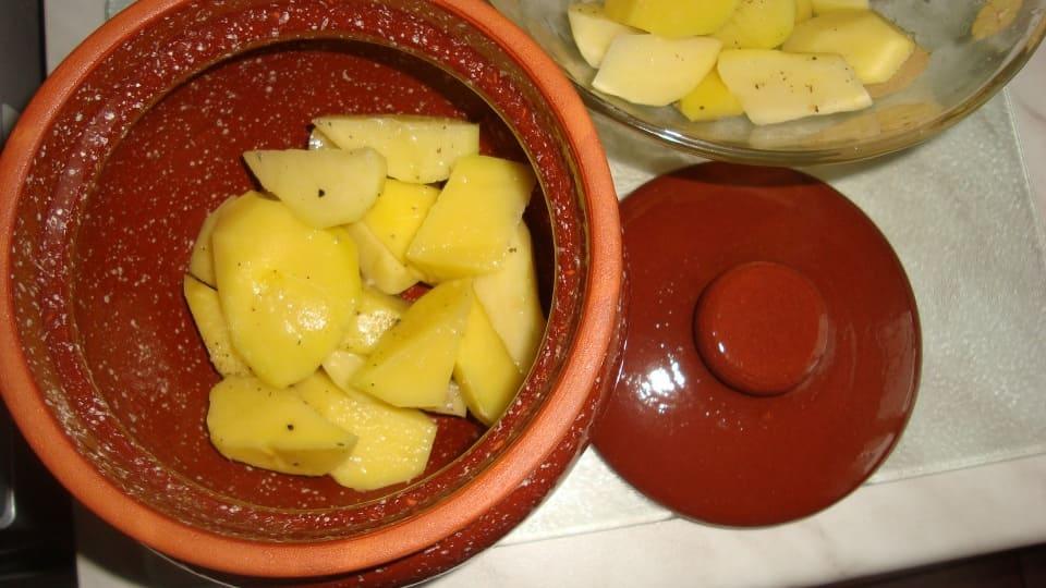 Нарезанный картофель в горшочке