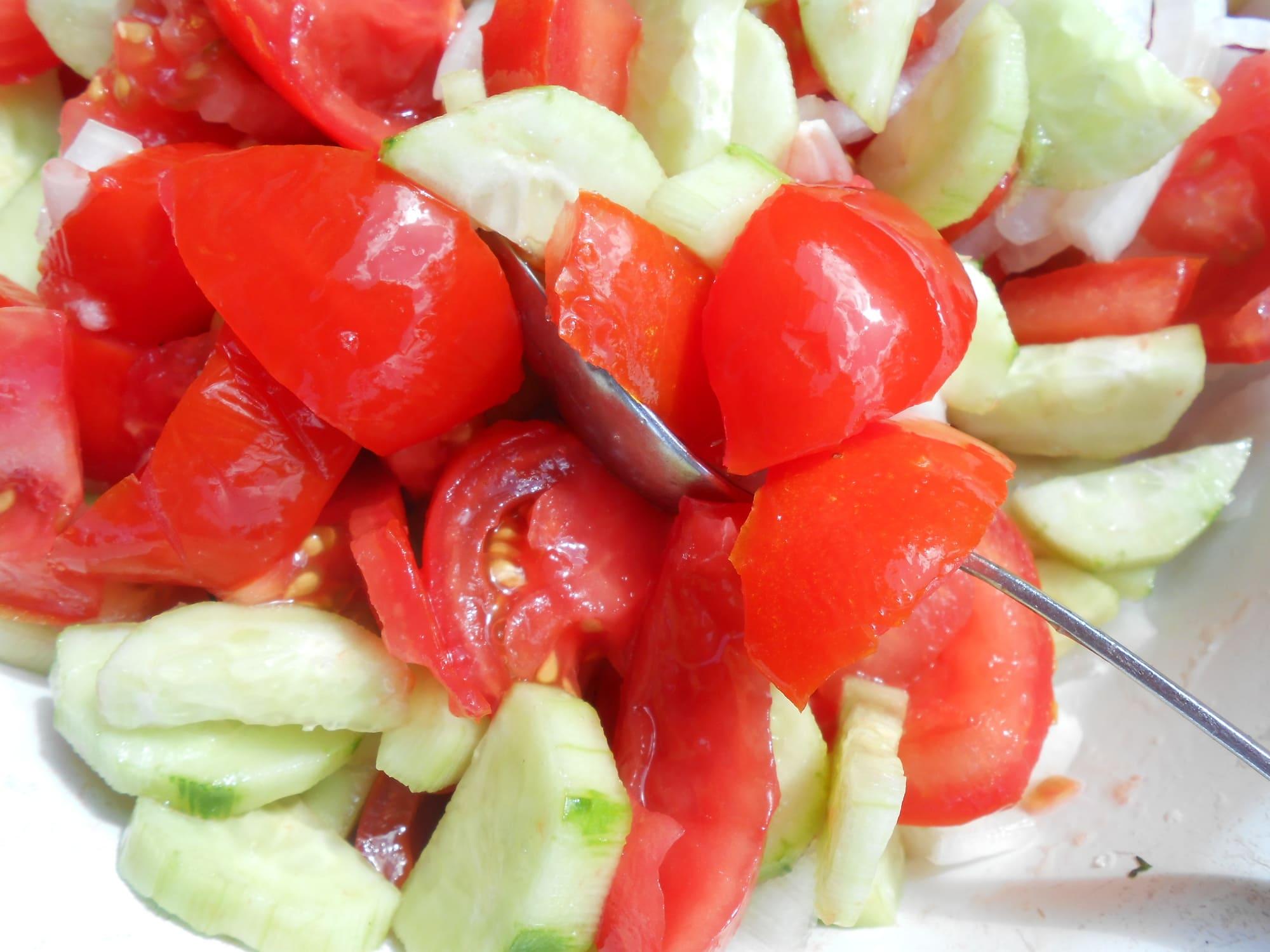Нарезанные помидоры и огурцы