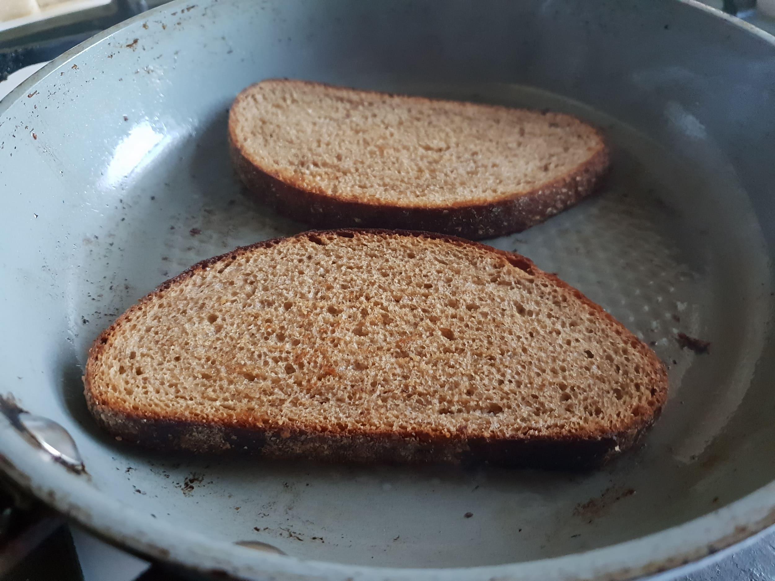 Куски хлеба на сковороде