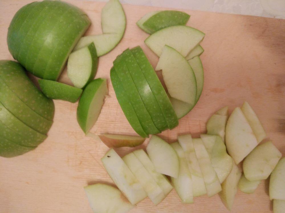 Нарезанные яблоки для шарлотки