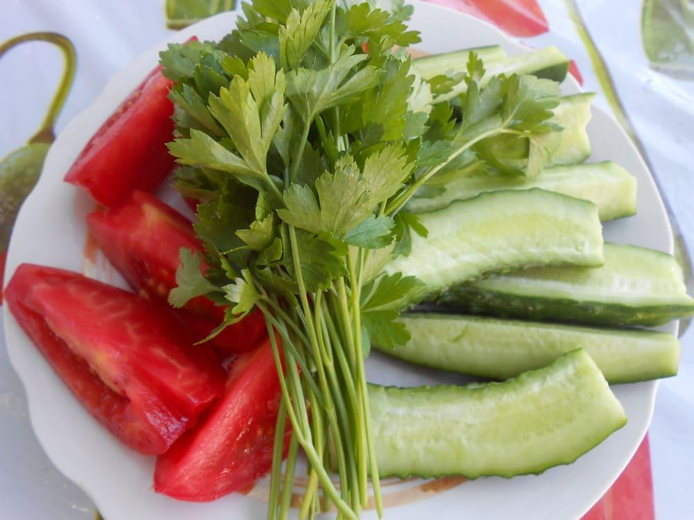 Свежие помидоры, огурцы и петрушка к шашлыку